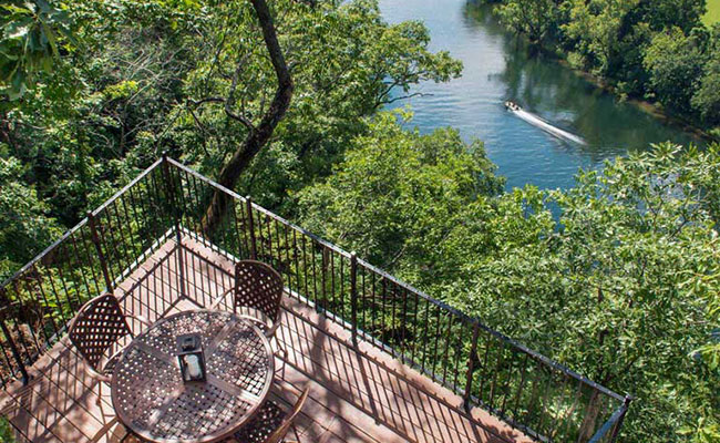 Lower bluff-side patio overlooking Lake Taneycomo.